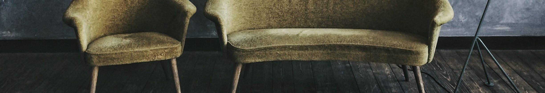 Ein Sessel und ein Sofa stehen symbolhaft für Psychologische Beratung und Psychotherapie